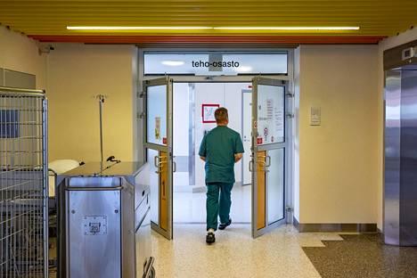 Hoitaja menossa teho-osastolle Keski-Suomen keskussairaalassa Jyväskylässä.