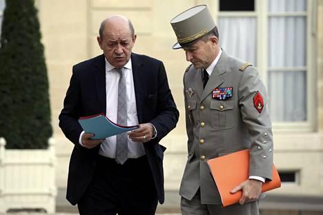 Ranskan puolustusministeri jean-Yves Le Drian keskusteli Ranskan armeijan esikuntapäällikkö, kenraali Pierre de Villiersin kanssa hallituksen kokouksen alla Elysee-palatsin edustallla.