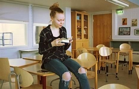 Kannelmäen peruskoulussa opiskelevan Pinja Hyvösen keskittyminen kärsii välillä, kun päätä särkee ja väsyttää.