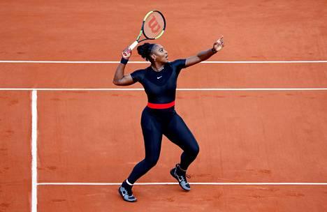 Serena Williams on edennyt vakuuttavasti Ranskan avoimissa. Williams on käyttänyt kisoissa poikkeuksellista, vartalonmyötäistä asua.