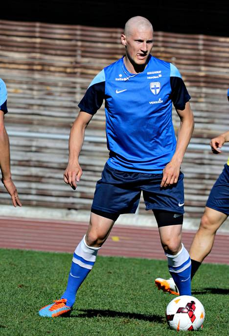 Joni Kauko odottaa vastuuta ottelussa Viroa vastaan.