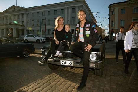 Heidi (vas.), Vivian ja Mikko Valle ajavat suurimman osan ajoistaan Volkkarilla. Chevrolet on vain harrastus.