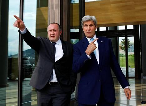 Georgian presidentti Giorgi Margvelašvili (vas.) ja Yhdysvaltain ulkoministeri John Kerry poistuvat neuvotteluista Tbilisissä keskiviikkona.