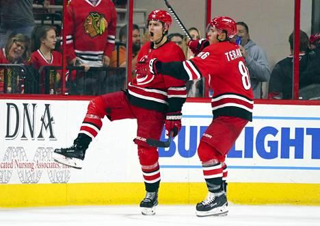 Sebastian Aho ja Teuvo Teräväinen auttoivat Carolinan viimeisenä joukkueena pudotuspelien toiselle kierrokselle.