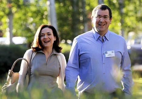 Sheryl Sandberg ja Dave Goldberg menivät naimisiin vuonna 2004. Kuvassa pariskunta saapuu mediakonfedenssiin Idahossa heinäkuussa 2014.