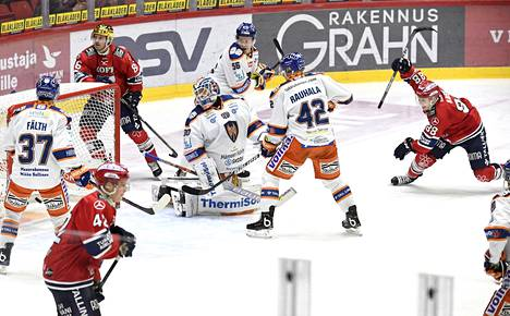 HIFK:n Joonas Rask (oik) teki helsinkiläisille Tapparaa vastaan voittomaalin.