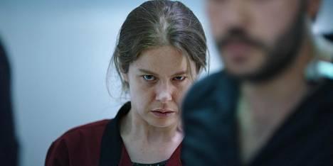 Fatma (Burcu Biricik) ajautuu mielentilaan, jossa millään ei ole enää väliä. Hän on muiden silmissä niin näkymätön, että voi tehdä mitä tahansa, eikä kukaan silti kiinnitä häneen huomiota.