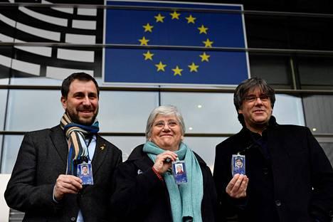 Katalonian aluehallituksen entiset edustajat Antoni Comín (vas.), Clara Ponsatí ja Carles Puigdemont esittelivät europarlamentin jäsenkorttejaan Brysselissä viime vuoden helmikuussa.
