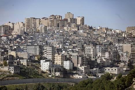Pikatie 4370 Jerusalemiin Länsirannalta on saanut kutsumanimen apartheid road, koska se on oikeastaan kaksi tietä vierekkäin, joiden välissä kulkee muuri. Toinen tie on palestiinalaisille ja toinen israelilaisille. Anatan alueeseen lännessä kuuluva pakolaisleri, joka on kasvanut väkimäärältään suureksi asutuskeskukseksi