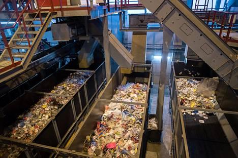 Muovijätteet kulkivat Fortumin muovijalostamon liukuhihnalla tammikuussa. Riihimäellä käsitellään suomalaisten kuluttajien muovipakkaukset kierrätysmateriaaliksi, jota käytetään muoviteollisuuden raaka-aineena.