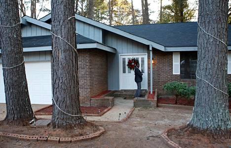 Toimittaja koputti ovelle talolla, jossa kadonnutta poikaa pidettiin.