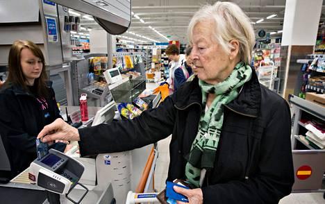 """Sirkka Eberhardt (oik.) ei nosta kassoilta rahaa. """"Käteistä tarvitsee aika vähän ja sen nostan automaatista."""" Hän asioi viime torstaina Outi Kauppilan kassalla Kontumarketissa Helsingin Kontulassa."""