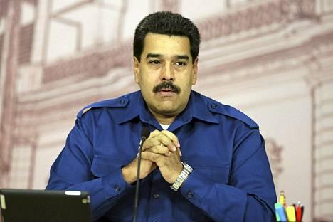 Nicolas Maduro lehdistötilaisuudessa maanantaina Caracasissa.