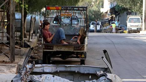 Miehet lepäävät auton lavalla kapinallisten hallussaan pitämässä al-Katerjin naapurustossa Aleppon itäosassa.