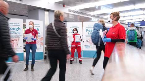 THL:n ja Suomen Punaisen Ristin työntekijät jakoivat torstaina Thaimaasta Suomeen palanneille ohjeita Helsinki–Vantaan lentokentällä.