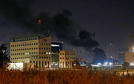 Savua nousee Israelissa Lodin kaupungissa, jonne pääministeri Netanjahu julisti hätätilan keskiviikkona. Levottomuudet ja yhteenotot ovat jatkuneet Lodissa ja muissa kaupungeissa.