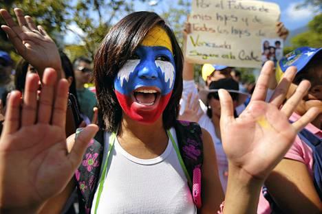 Venezuelan opposition kannattajat osoittivat mieltä Caracasissa sunnuntaina.