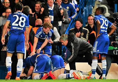Maalia juhlineet pelaajat eivät välttämättä malttaneet kuunnella, mitä asiaa Jose Mourinholla heille oli.