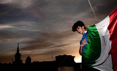 Jacopo Mastrangelo esitteli Italian lippua soitettuaan kitaraa kattoterassillaan Piazza Navonan laidalla Roomassa.