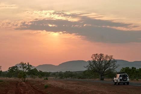Mystery Road -sarja sijoittuu Australian luoteisosaan, jossa kuiva kausi kestää toukokuusta lokakuuhun. Puolentoista Suomen kokoinen Kimberley on yksi maan kuumimmista alueista: vuosikeskilämpötila on 27 celsiusastetta.