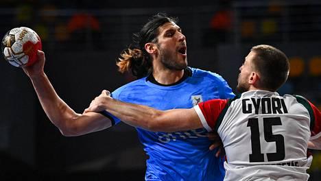 Uruguayn Maximo Cancio (vas.) taisteli Unkarin Mátyás Győrin kanssa alkulohkon ottelussa sunnuntaina.