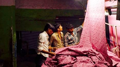 Machines-elokuvassa kuvataan elämää tekstiilitehtaassa, jossa tehdään vaatteita muun muassa Zaralle, Benettonille ja Marks & Spencerille.
