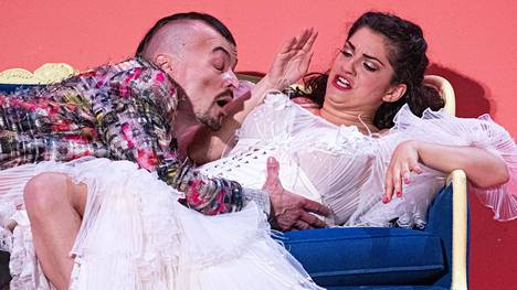 Ville Rusanen on Figaro ja Laura Verrecchia Rosina Savonlinnan uudessa Sevillan parturi -tulkinnassa.