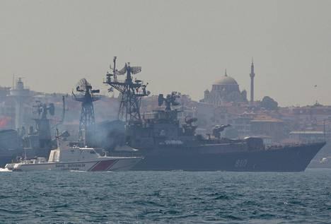 Turkin rannikovartioston vene saattoi Venäjän laivaston alusta Bosporin salmella tiistaina.