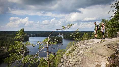 Juhani Savolainen ja Marja-Leena Heinonen ihailivat maisemia Repoveden Katajavuoren huipulta.