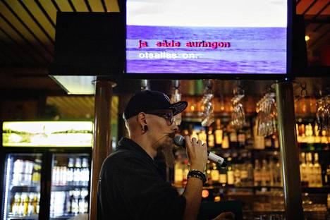 Karaokebaari Anna K oli normaalisti auki, vaikka muuta vastaavat paikat ovat sulkeneet ovensa korona viruksen takia. Asiakkaita oli noin 10, mikä on huomattavasti vähemmän kuin perjantai-iltaisin yleensä. Myös ravintolapäällikkö Jasse Vikströmillä oli aikaa laulaa.