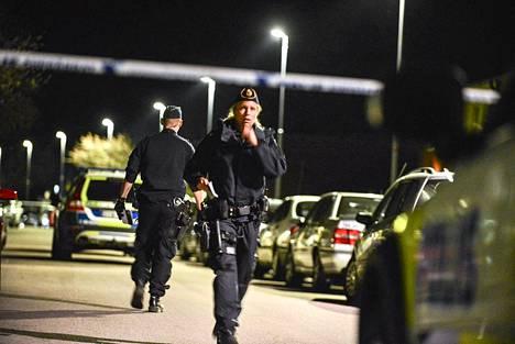 Poliisi selvitti jengitappelun seurauksia tiistain vastaisena yönä Norrköpingin Hagebyn kaupunginosassa.