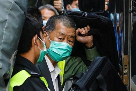 Apple Daily -median perustaja Jimmy Lai vietiin vankilan autolla oikeustalolta Hongkongissa 1. helmikuuta.