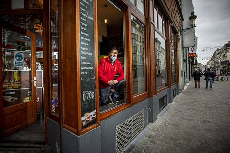 Asadulla Hussaini, owner of the French kiosk Manneken Frites in the center of Brussels, keeps the kiosk open from morning to night, even though there are almost no customers left.