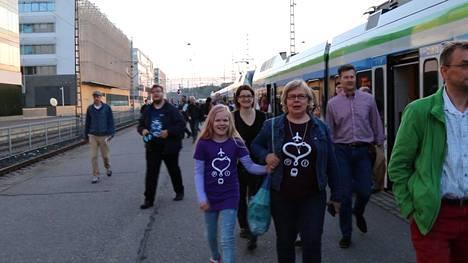 Tyytyväisen oloiset matkustajat nousivat I-junasta yhtä aikaa aamuauringon kanssa Helsingin päätepysäkillä.