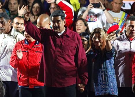 Venezuelan presidentti Nicolas Maduro vilkutti kannattajiensa keskeltä varhain maanantaiaamuna Suomen aikaa Caracasissa, kun presidentinvaalien tulokset oli julkistettu.