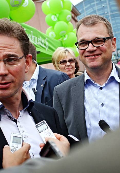 Kokoomuksen puheenjohtaja, pääministeri Jyrki Katainen ja keskustan puheenjohtaja Juha Sipilä kohtasivat Mikkelin torilla elokuussa 2013.