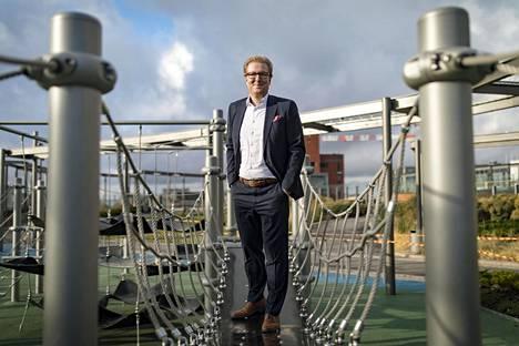 Maaliskuun jälkeen ihmisten verkossa käyttämä aika on globaalisti kasvanut 60 prosenttia, Googlen maajohtaja Antti Järvinen kertoo. Hänet kuvattiin Redin kattopuutarhassa.