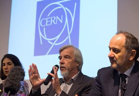 Cernin pääjohtaja Rolf Heuer (kesk.) joulukuisessa tiedotustilaisuudessa.