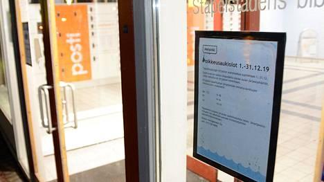 Uusista aikatauluista tiedotettiin asiakkaille ovessa olevalla lapulla.