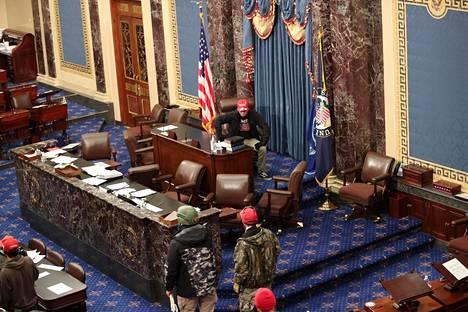 Mielenosoittajat pääsivät tunkeutumaan senaatin istuntosaliin.