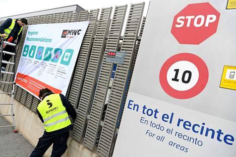 Barcelonan messukeskuksen portille viritettiin keskiviikkona hygieniaohjeita. Myöhemmin keskiviikkona ilmoitettiin, että messukeskuksessa pidettäväksi suunnitellut mobiilialan messut on peruttu.