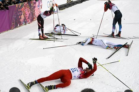 Johannes Dürr (vasemmalla) nojaili sauvoihinsa 30 kilometrin yhdistelmäkilpailun jälkeen.