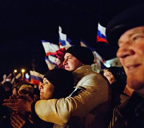 Krimin liittämistä Venäjään kannattavat ihmiset juhlivat sunnuntaina Leninin aukiolla Simferopolissa.