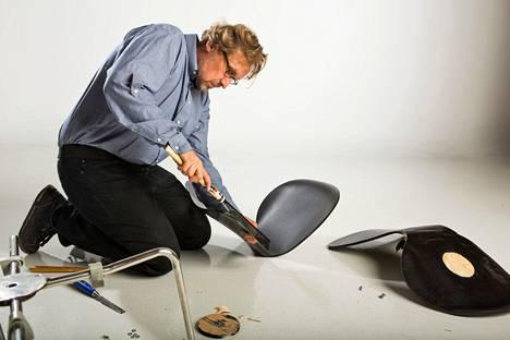 Puuseppämestari Marko Varjos tutkii Arne Jacobsenin suunnitteleman Seiska-tuolin rakennetta. Aidon tuolin sisus on lujaa ja hyvin taipuvaa punapyökkiä. Kopiotuolin (oik.) puuaines on pehmeää, ja saha leikkasi sitä helposti. Kopiotuolin taitekohta murtui, kun sen päällä seistiin. Aito tanskalaisen Fritz Hansenin valmistama tuoli kesti.