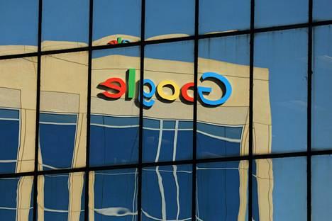 Googlen toimiston logo heijastui vastapäisen talon seinästä Kaliforniassa.
