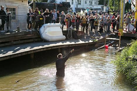 Timo Viialainen teki vedessä performanssin, jossa hän täytti haalarinsa höyryllä ja pyöritti mikrofonia ilmassa.
