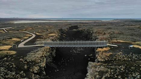 Silta yli Euraasian ja Pohjois-Amerikan mantereen lähellä Grindavikin kylää Islannissa. Alueella on maa vavahdellut, ja lähistöllä sijaitsevan Keilir-vuoren odotetaan purkautuvan lähiaikoina.