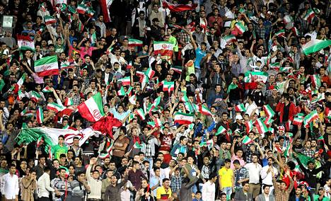 Iranilaiset jalkapallofanit juhlivat katsomossa, kun Iran kohtasi Thaimaan lokakuussa Teheranissa. Iran voitti ottelun 2-1.