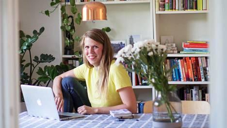 Julia Thurén kannustaa blogissaan muitakin puhumaan raha-asioistaan ääneen.