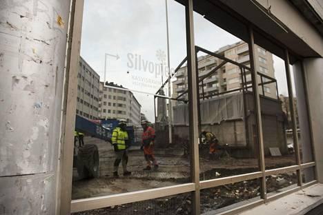 Hakaniemen virastotalot puretaan 1970-luvun toimistotalot. Toisella linjalla on toiminut muun muassa ravintola Silvoplee.